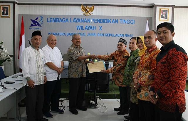 Penyerahan SK Perubahan Bentuk oleh Kepela LLDIKTI 10 Kepada Katua Yayasan Prima Nusantara Bukittinggi